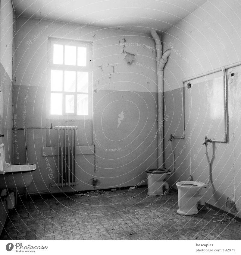 Doppelzelle Einsamkeit Stein Metall Glas Fabrik Vergänglichkeit Verfall skurril bizarr Schwarzweißfoto Insolvenz Toilettenfenster