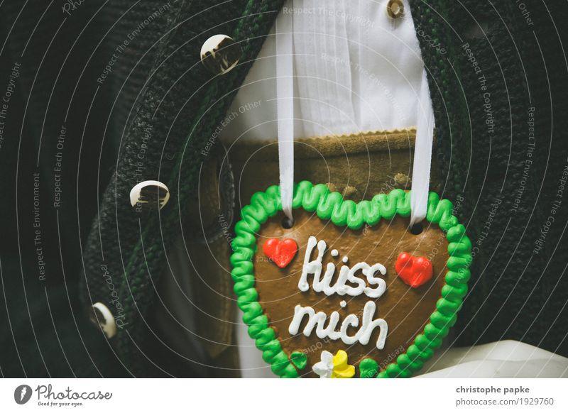 """Lebkuchenherz mit Aufschrift """"Küss mich"""" an bayrischer Tracht Herz Oktoberfest Veranstaltung Verliebtheit Valentinstag Jahrmarkt Feste & Feiern Romantik"""