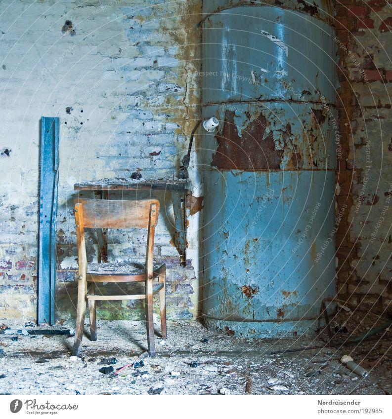Pult Wand Mauer Lampe Metall Innenarchitektur Arbeit & Erwerbstätigkeit sitzen dreckig Erfolg Tisch kaputt Häusliches Leben Lifestyle Industrie Stuhl Fabrik