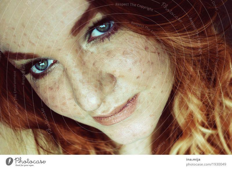 _ Mensch feminin Junge Frau Jugendliche Erwachsene Leben Haare & Frisuren Gesicht 1 18-30 Jahre 30-45 Jahre rothaarig langhaarig Locken Perücke Denken Lächeln