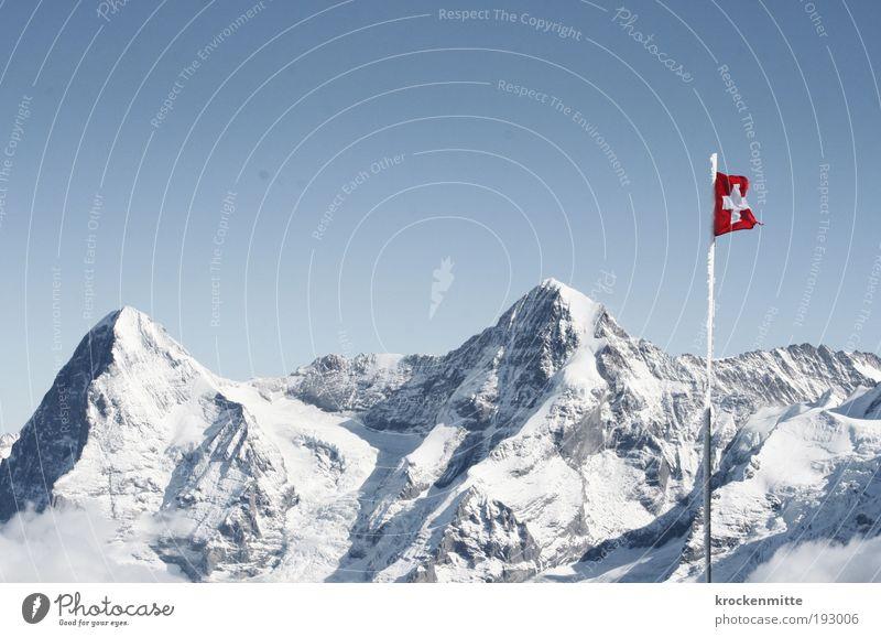 Das Herz der Schweiz Umwelt Natur Landschaft Winter Schönes Wetter Schnee Hügel Felsen Alpen Berge u. Gebirge Gipfel Schneebedeckte Gipfel Fahne Fahnenmast