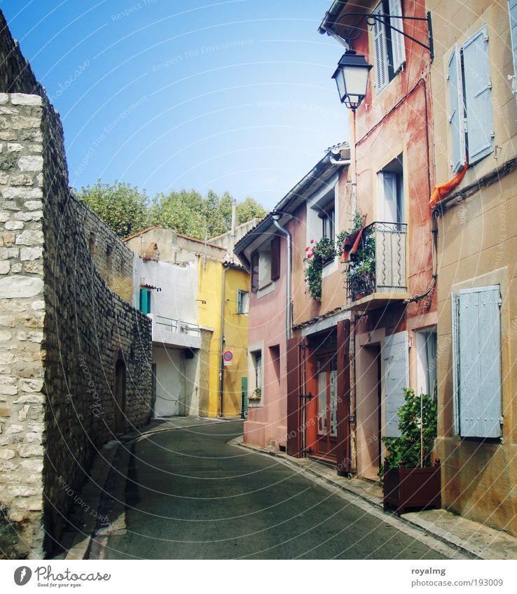 Sommer in Frankreich I ruhig Haus Einsamkeit Wand Fenster Mauer Architektur Fassade leer Pause rein Dorf Stadt Balkon Frankreich Südfrankreich