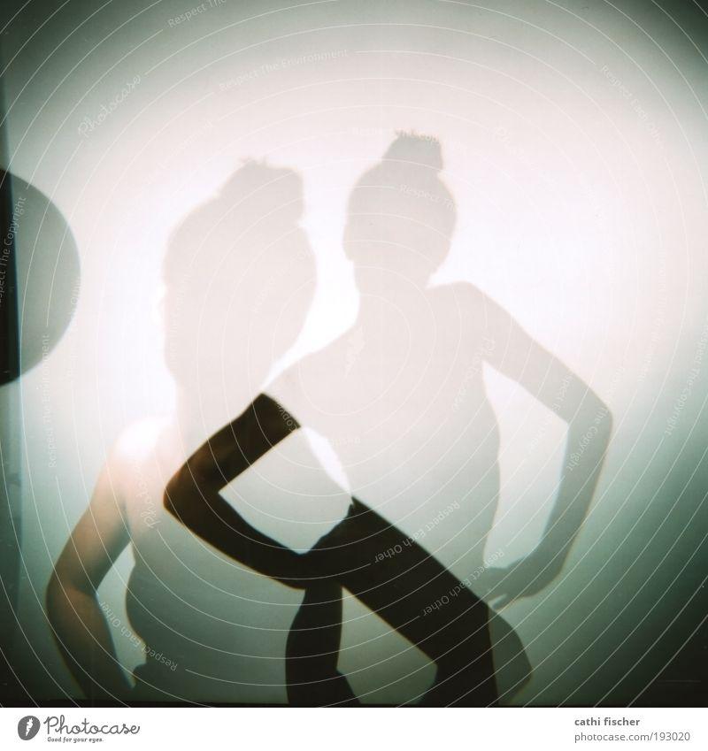 backstage Mensch Jugendliche weiß feminin grau Model stehen analog Schatten Quadrat Frau Doppelbelichtung Lomografie Holga Mittelformat Vignettierung