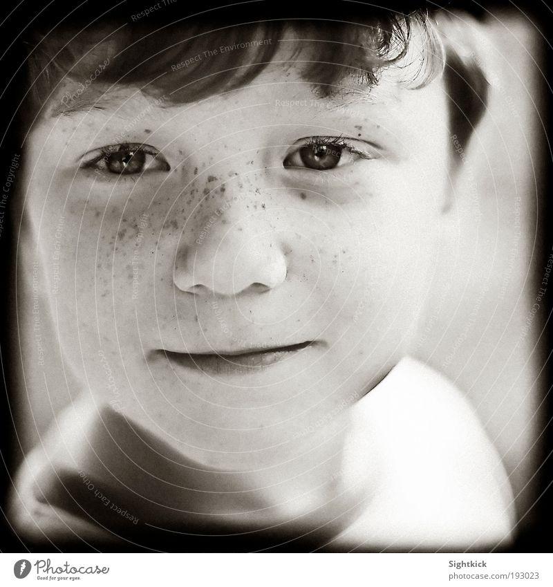 Tagträumer Junge Kindheit 3-8 Jahre Lächeln Blick Coolness frech Freundlichkeit Fröhlichkeit Neugier Freude Zufriedenheit Schwarzweißfoto Außenaufnahme Porträt