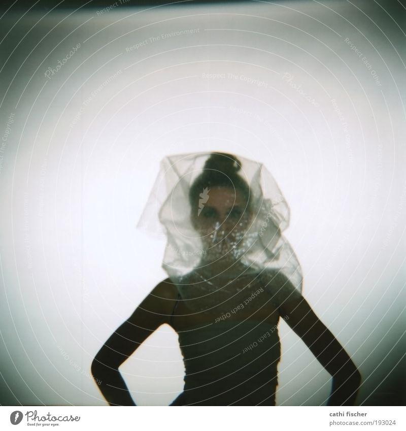 backstage II Jugendliche weiß feminin grau Erwachsene Model stehen Quadrat Verpackung Folie Holga Lomografie Plastiktüte Mittelformat Junge Frau Filmmaterial