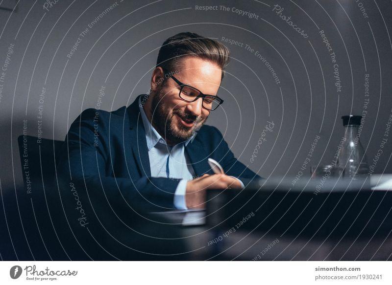 Business Mensch Freude Lifestyle Glück Häusliches Leben maskulin Büro Erfolg Brille schreiben Bildung Sitzung Karriere Schreibtisch Anzug