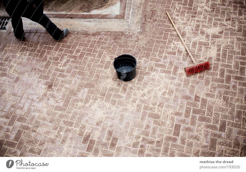 KURZ VOR FEIERABEND Arbeit & Erwerbstätigkeit Beruf Handwerker Straßenbau Baustelle Mensch maskulin Wege & Pfade Pflastersteine Besen Eimer Wasser Sand Kies