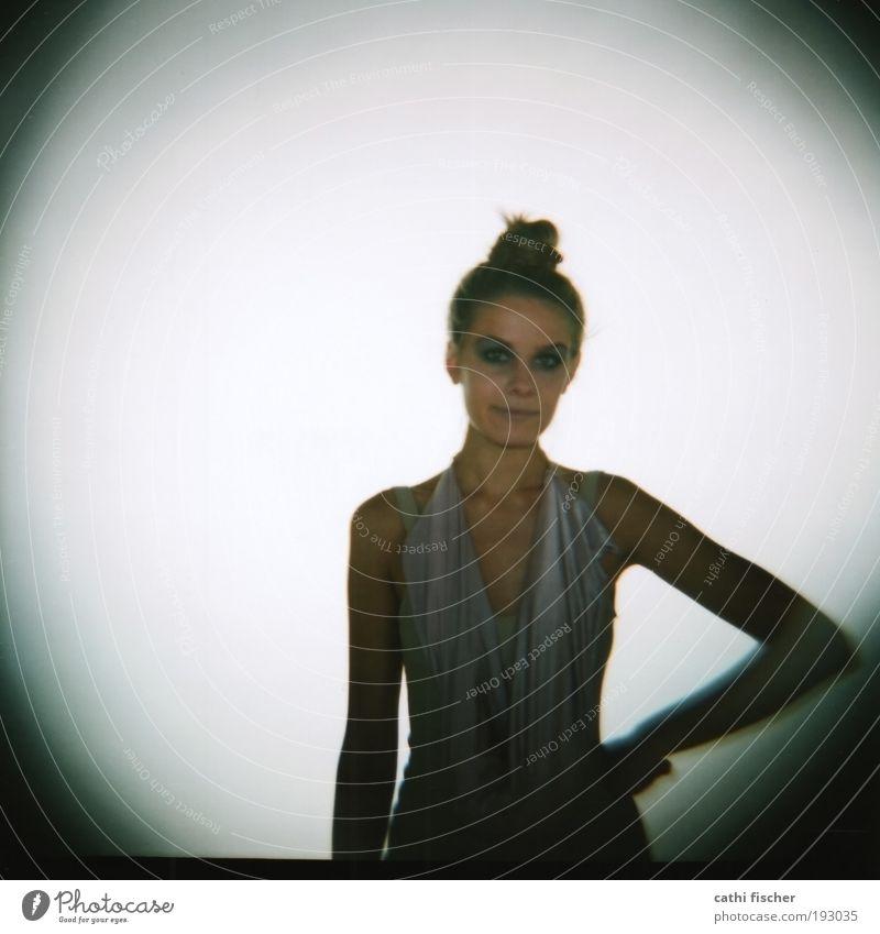 backstage IIII Mensch Jugendliche schön weiß grau Kopf Erwachsene rosa Model Lomografie stehen Quadrat Haare & Frisuren Schatten Strukturen & Formen Mittelformat