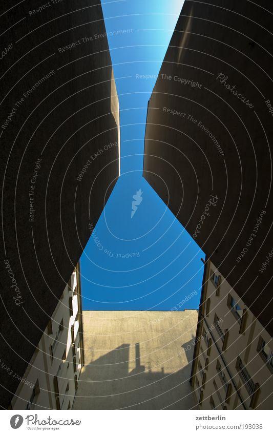 Blau Himmel blau Himmel (Jenseits) Sommer Haus dunkel Perspektive Hoffnung eng Plattenbau Hinterhof Blauer Himmel steil himmelblau Mieter