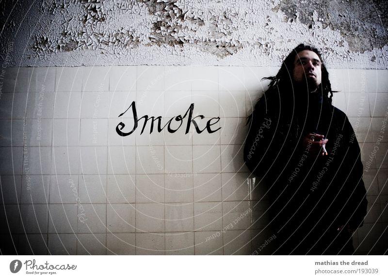 I LIKE SMOKE Mensch Jugendliche alt Erwachsene dunkel kalt Wand Graffiti Mauer Gebäude Zufriedenheit Fassade maskulin Schriftzeichen trist 18-30 Jahre