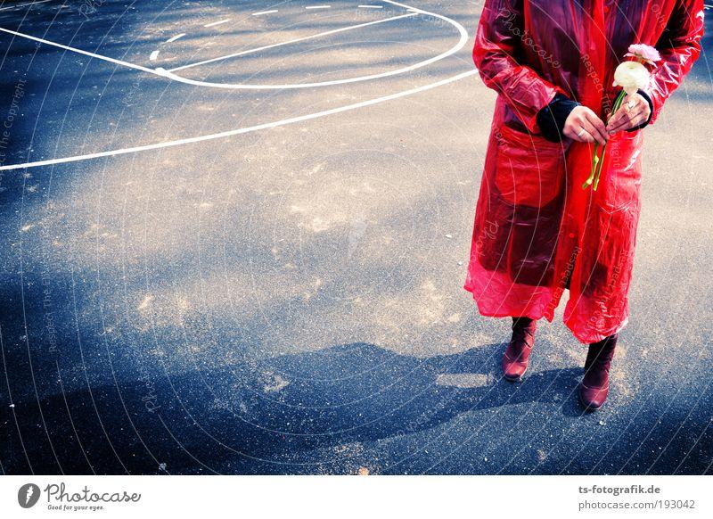 Red Date in Plaste I Frau Jugendliche Wasser rot Blume Erwachsene Mode Paar Linie Regen warten Wassertropfen Kunststoff Blumenstrauß Partner Junge Frau
