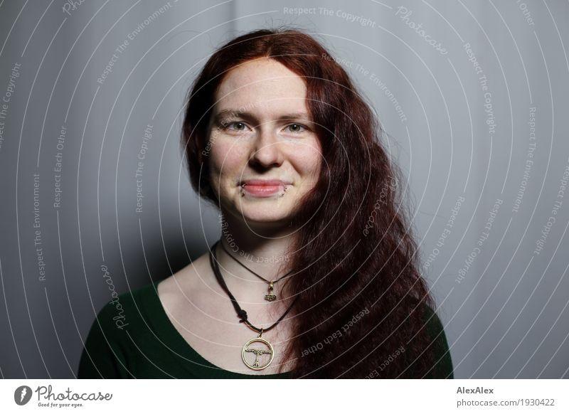 Larissa schön Haare & Frisuren Haut Raum Junge Frau Jugendliche Gesicht 18-30 Jahre Erwachsene Top Accessoire Schmuck rothaarig langhaarig Locken Lächeln Blick