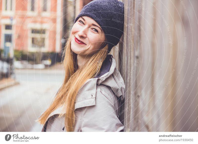 Junge Frau lehnt an Holzaun und ist glücklich Mensch Jugendliche Stadt schön 18-30 Jahre Erwachsene Liebe Herbst natürlich feminin Glück leuchten frisch blond