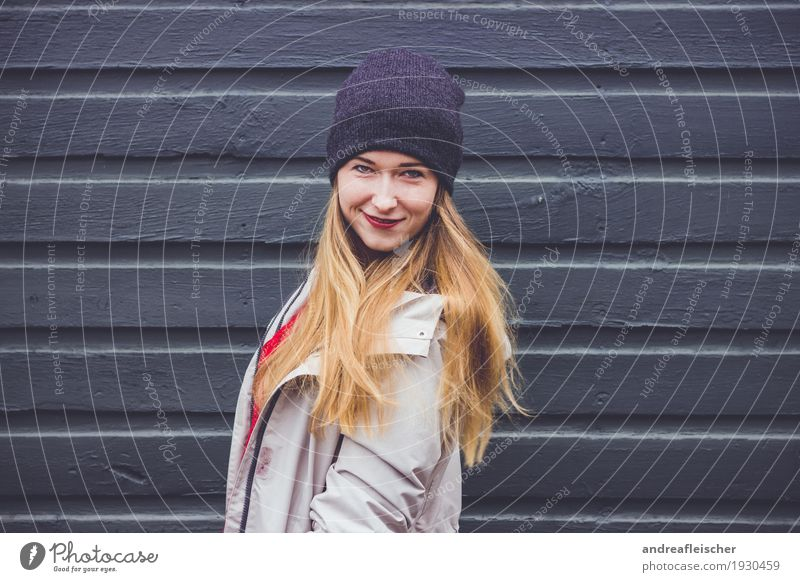 Junge Frau am Holzzaun Mensch Jugendliche schön Freude 18-30 Jahre Erwachsene Leben Liebe Bewegung feminin Glück leuchten Zufriedenheit blond authentisch