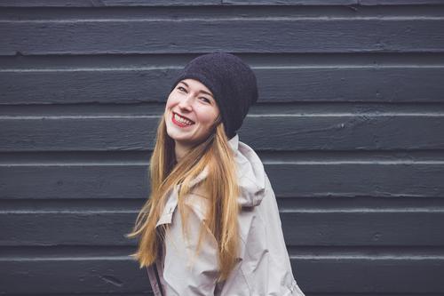Junge Frau freut sich feminin Jugendliche Leben 1 Mensch 18-30 Jahre Erwachsene Jacke Mantel Mütze blond langhaarig Bewegung drehen lachen Liebe leuchten