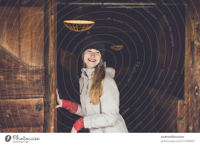 Junge Frau hat Spaß auf dem Bauernhof feminin Jugendliche 1 Mensch 18-30 Jahre Erwachsene Pullover Jacke Mütze brünett blond langhaarig Lächeln lachen Flirten