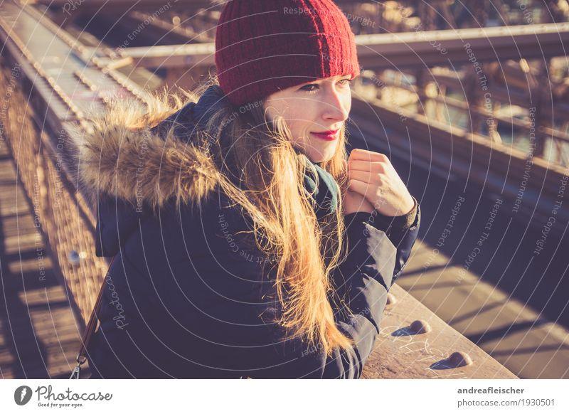 Junge Frau genießt Aussicht auf Brooklyn Bridge Mensch Jugendliche Ferne Winter 18-30 Jahre Erwachsene kalt feminin Freiheit Tourismus leuchten Ausflug blond