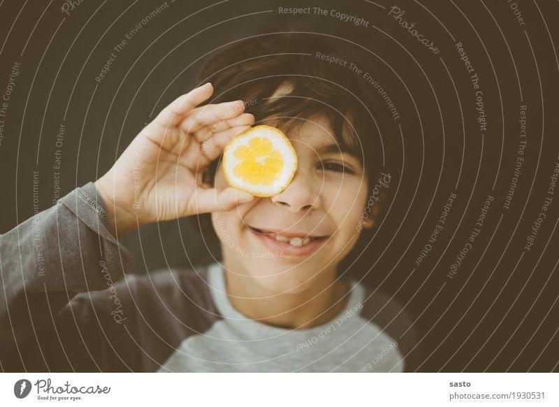 Mister Lemon maskulin Kind Junge 1 Mensch 8-13 Jahre Kindheit beobachten Lächeln Blick authentisch frech Fröhlichkeit frisch lustig positiv braun gelb grau
