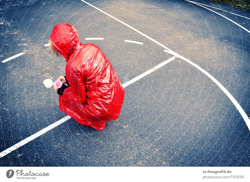 Red Date in Plaste III Frau Jugendliche rot Erwachsene feminin Paar Regen Wind Rücken rosa warten Wassertropfen Trauer Blumenstrauß Partner Junge Frau