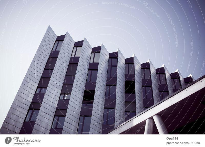 Schräg weiß blau Stadt Haus schwarz kalt Fenster Gebäude Metall Architektur Glas elegant Hochhaus Fassade Perspektive