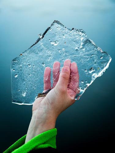 Junger Junge hält in der hand Scheibe der Eisscholle in der kalten Hand Spielen Winter Prüfung & Examen Kindheit Fuß Natur See Tropfen Coolness frisch hell nass