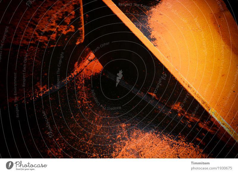 Heavy Metal. Dänemark Mole Metall Stahl ästhetisch dunkel orange schwarz Schweißnaht Ecke Linie hart eckig Molenfeuer Farbfoto Außenaufnahme Nahaufnahme