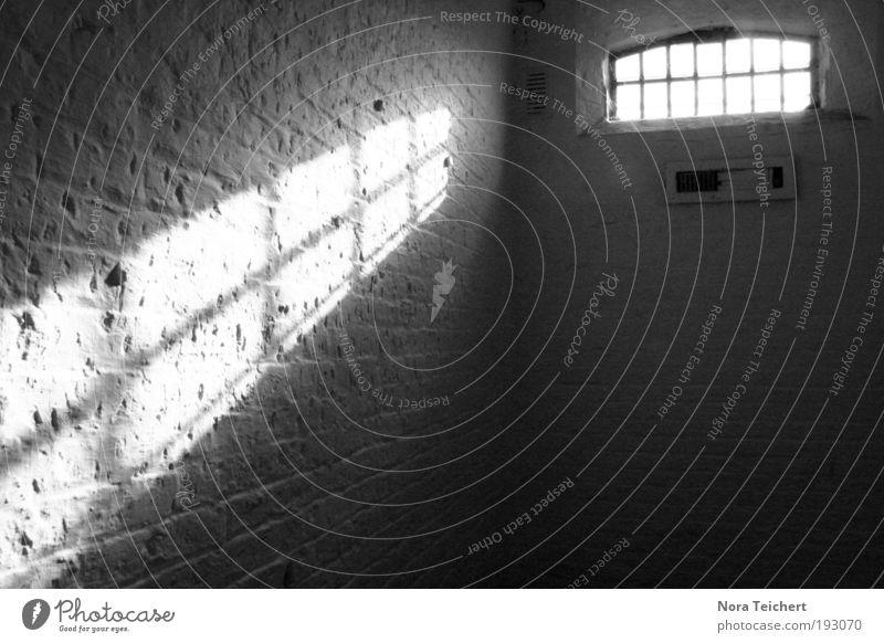 Lichteinfall alt Einsamkeit Haus Ferne Fenster Wand Traurigkeit Gebäude Mauer Zeit Stein Fassade träumen Angst leuchten frei
