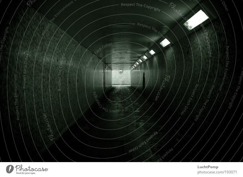 Bessere Zeiten Lampenlicht Neonlicht Angst Hoffnung schwarz grün Tunnel Fliesen u. Kacheln beklemmend Quadrat Fluchtpunkt Gewalt Fußspur Lichtschein leuchten