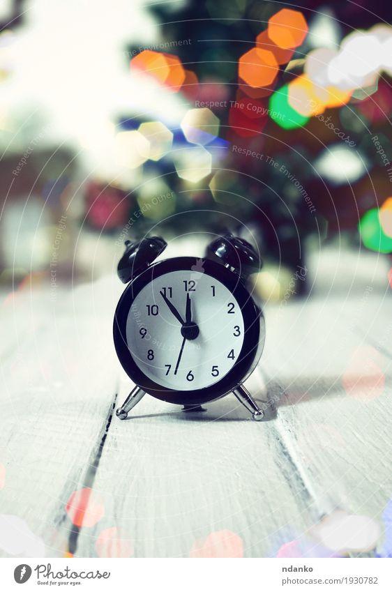 Vintage Uhr zeigt zwölf ohne fünf Minuten Stil Tisch Feste & Feiern Weihnachten & Advent Silvester u. Neujahr Baum Ring Holz Metall alt beobachten schlafen