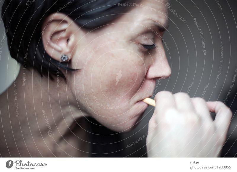 Sucht Lifestyle Frau Erwachsene Leben Gesicht 1 Mensch 30-45 Jahre 45-60 Jahre Zigarette Rauchen Nervosität ungesund Farbfoto Gedeckte Farben Innenaufnahme