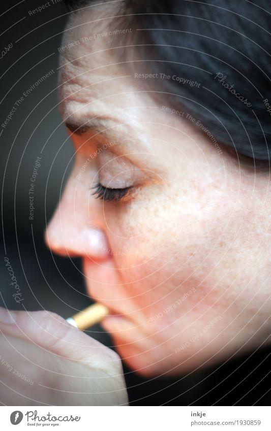Kippe Lifestyle Rauchen Frau Erwachsene Leben Gesicht 1 Mensch 30-45 Jahre 45-60 Jahre Zigarette Sucht anzünden Feuerzeug Farbfoto Innenaufnahme Nahaufnahme