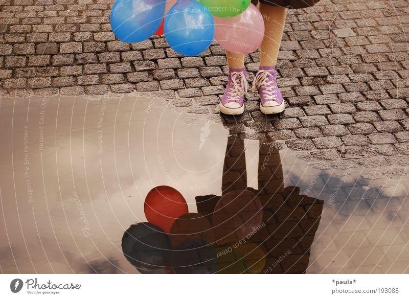 Lasst mich fliegen... Lifestyle feminin Mädchen Beine Fuß 1 Mensch Erde Himmel Wolken Rock Schuhe Luftballon stehen Unendlichkeit schön einzigartig weich braun