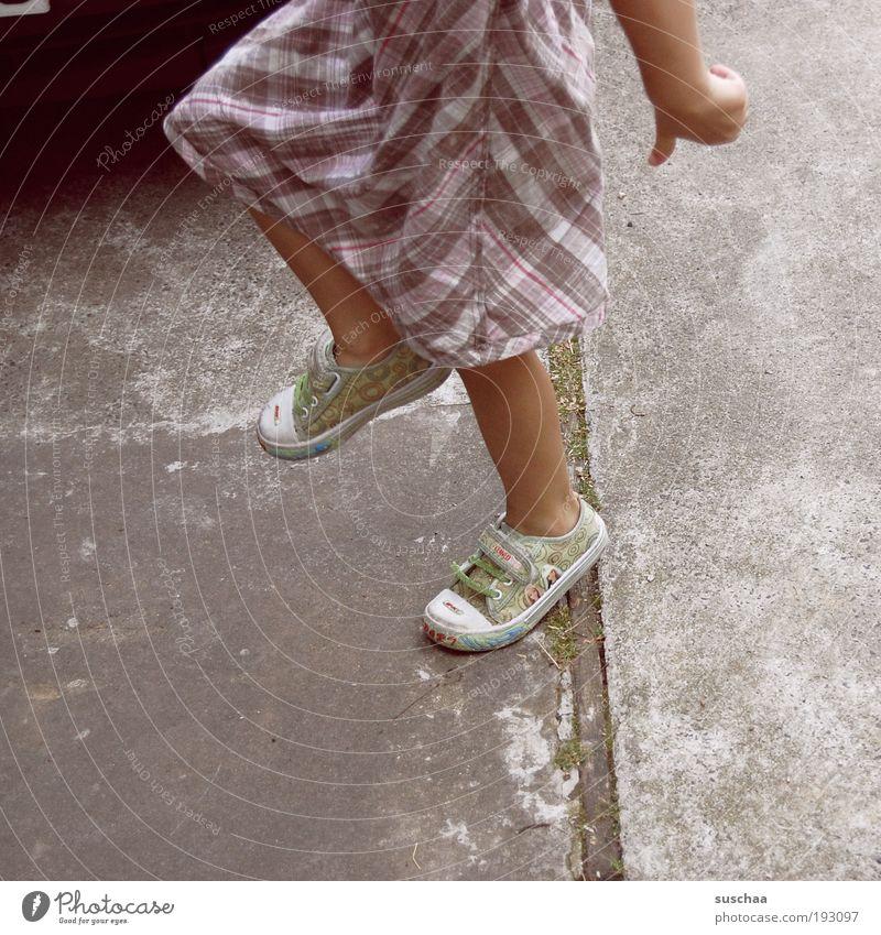 kind .. ohne katze Mädchen Kindheit Arme Hand Finger 3-8 Jahre Fröhlichkeit Bewegung Freizeit & Hobby Freude Beine Füße Turnschuhe Kleid hüpfen Gedeckte Farben