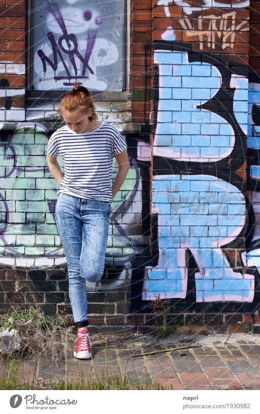 Blue(s) Mensch Jugendliche blau Stadt Einsamkeit Traurigkeit Graffiti Gefühle feminin Stadtleben träumen 13-18 Jahre authentisch stehen einzigartig Coolness