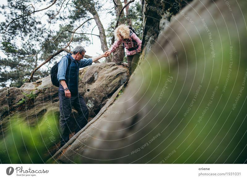 Geeignete kaukasische ältere Paare, die auf Felsen im Wald wandern Mensch Frau Mann Erholung Wolken Freude Berge u. Gebirge Erwachsene Sport Freizeit & Hobby