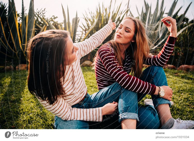 Junge glückliche Jugendlichfreunde, die den Spaß miteinander plaudern lassen Mensch Frau Jugendliche Junge Frau Freude Mädchen 18-30 Jahre Erwachsene Lifestyle