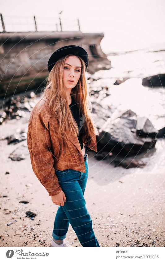 Junge kaukasische Frauen, die auf den Strand gehen Lifestyle Stil Glück Wohlgefühl Freizeit & Hobby Meer Mensch feminin Junge Frau Jugendliche Erwachsene