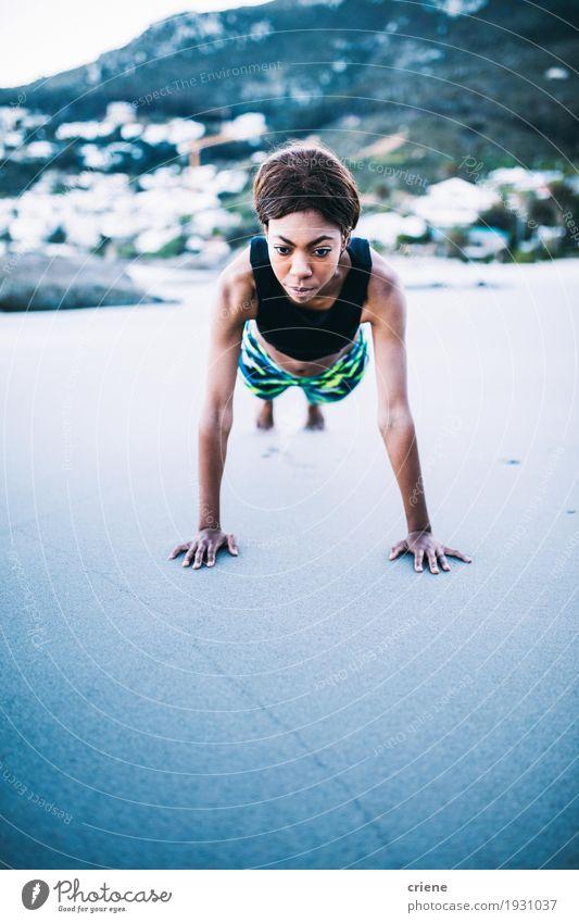 Weibliche afrikanische Frauen, die Eignungsübung auf dem Strand tun Mensch Jugendliche Junge Frau Erwachsene Leben Lifestyle Sport Gesundheitswesen Sand hell