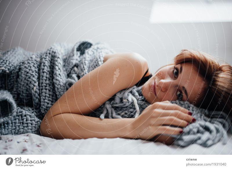 Junge kaukasische Frauen, die in das Bett betrachtet Kamera legen Lifestyle Wohlgefühl Häusliches Leben Wohnung Raum Schlafzimmer Mensch feminin Junge Frau