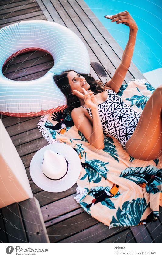 Junge attraktive Frauen im Bikini, der selfie mit intelligentem Telefon nimmt Lifestyle Freude Erholung Schwimmbad Freizeit & Hobby Sommer Sommerurlaub