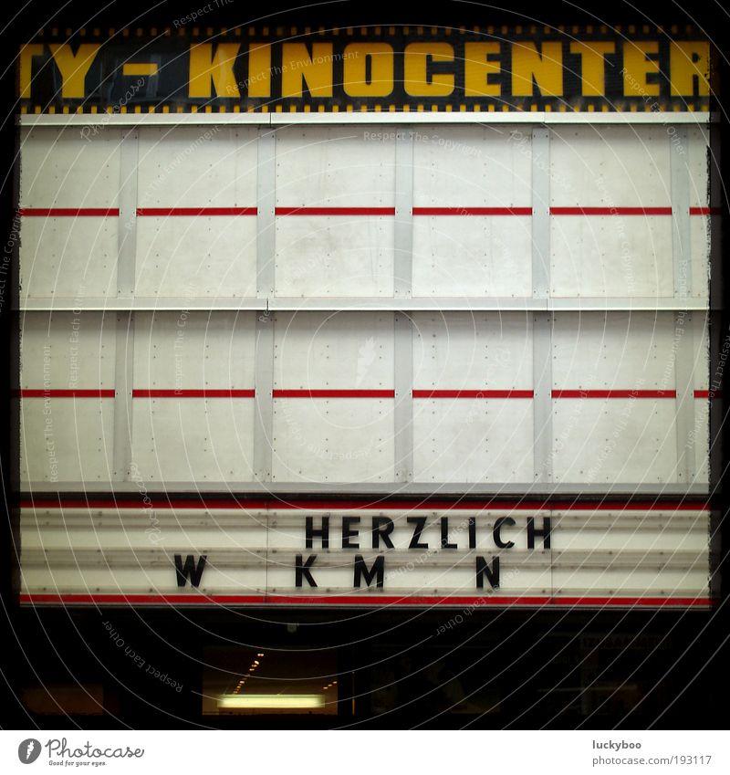 """Ich kaufe ein """"I"""" ... und möchte lösen! Entertainment Veranstaltung ausgehen Werbebranche Display Ausstellung Theater Kultur Kino Mauer Wand Fassade"""
