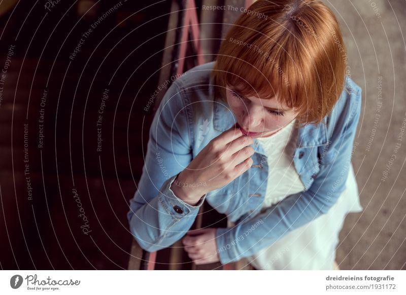 Sie wartet Mensch feminin Junge Frau Jugendliche Erwachsene 1 warten Neugier Hoffnung Glaube Traurigkeit Sorge Trauer Liebeskummer Einsamkeit rothaarig