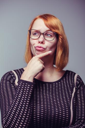 Nachdenklich. Lifestyle Medienbranche Werbebranche feminin Junge Frau Jugendliche Erwachsene Brille rothaarig Denken Erfolg frech nerdig selbstbewußt Coolness