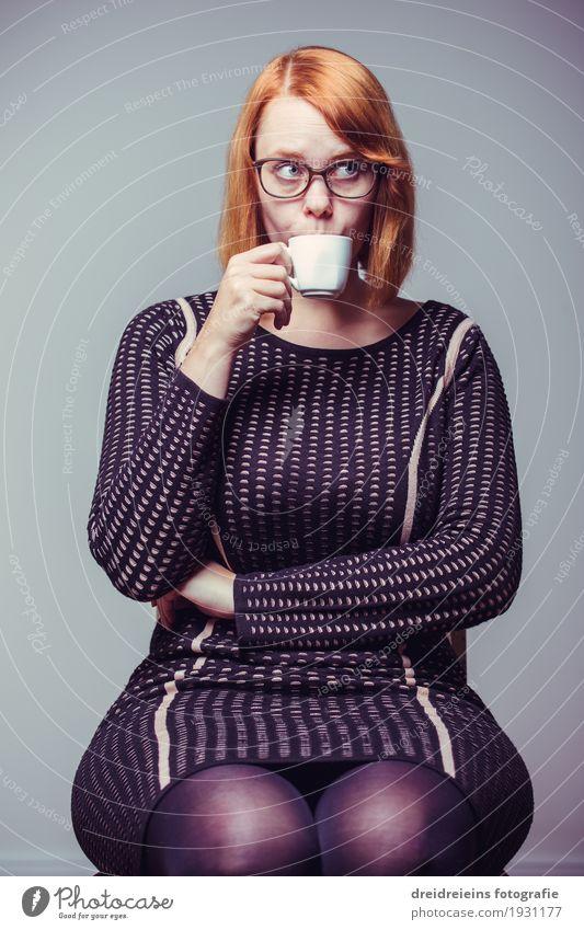 Kaffeepause Frau Stadt Erholung Erwachsene Leben Lifestyle feminin Business Zufriedenheit sitzen Erfolg genießen Lebensfreude Coolness Pause