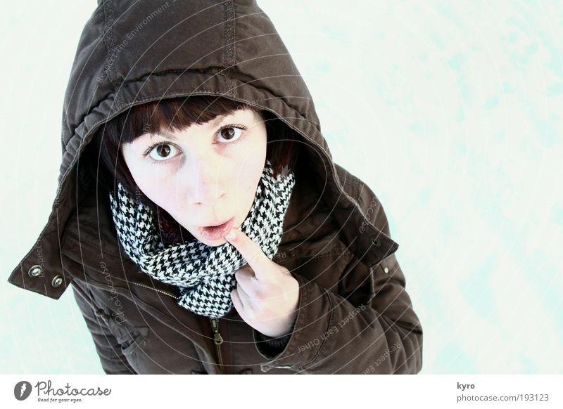 Öhm Jugendliche Winter Freude Gesicht Erwachsene Schnee hell lustig braun außergewöhnlich Finger verrückt 18-30 Jahre Neugier Jacke Überraschung