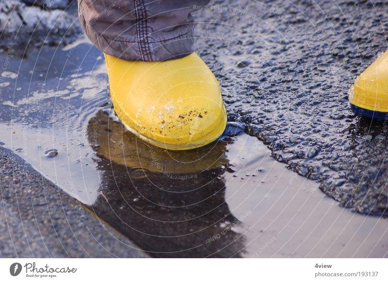 wasserdicht Wasser Freude gelb springen Bewegung Stein nass frisch Reinigen Gelassenheit unten Schutz Gummistiefel Gefühle