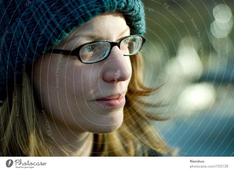 Frühlingssonne Mensch Jugendliche blau schön kalt feminin Zufriedenheit blond Freizeit & Hobby natürlich wandern Hoffnung Lächeln zart Mütze genießen