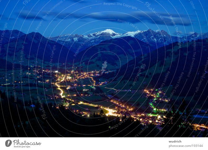 Schlafenszeit Natur Sommer ruhig Wolken Straße Berge u. Gebirge Landschaft Zukunft Tourismus Wandel & Veränderung Schweiz Nachthimmel Alpen Dorf Hügel