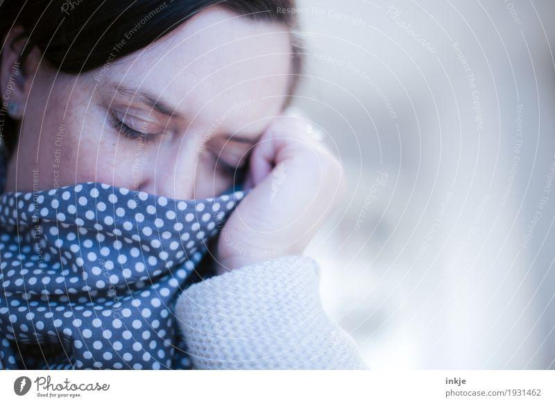 frühjahrsmüde Lifestyle Krankheit Erholung ruhig Frau Erwachsene Leben Gesicht 1 Mensch 30-45 Jahre 45-60 Jahre Schal Tuch Punkt schlafen träumen Gefühle