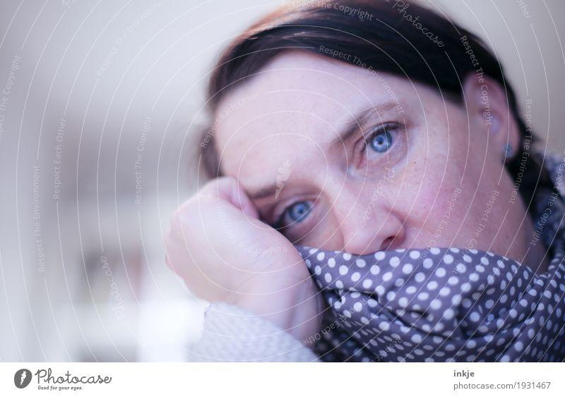 krank Lifestyle Krankheit Allergie Frau Erwachsene Leben Gesicht 1 Mensch 30-45 Jahre 45-60 Jahre Blick träumen Traurigkeit Gefühle Müdigkeit Erschöpfung